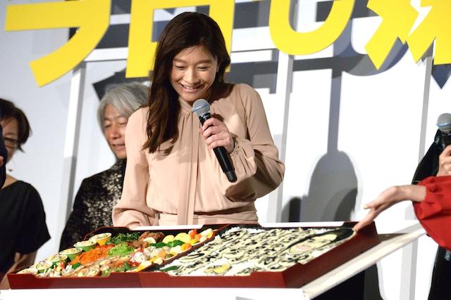 """kaoriが作った""""感謝状弁当""""を見て、「からあげ食べたーい」とコメントする篠原涼子。"""