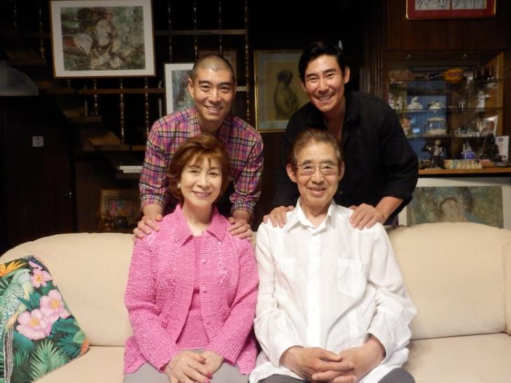 高島家の家族写真。左上から時計回りに高嶋政宏、高嶋政伸、高島忠夫、寿美花代。
