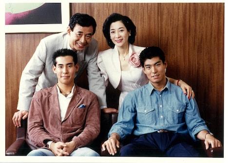 高島家の家族写真。左上から高島忠夫、寿美花代、高嶋政宏、高嶋政伸。