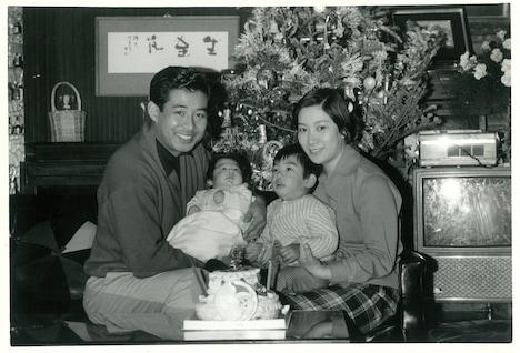 高島家の家族写真。左から高島忠夫、高嶋政伸、高嶋政宏、寿美花代。