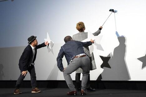 観客と自撮りをする白石和彌、香取慎吾、音尾琢真。