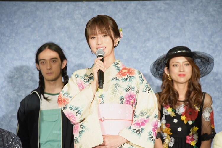 左から栗原類、深田恭子、小沢真珠。