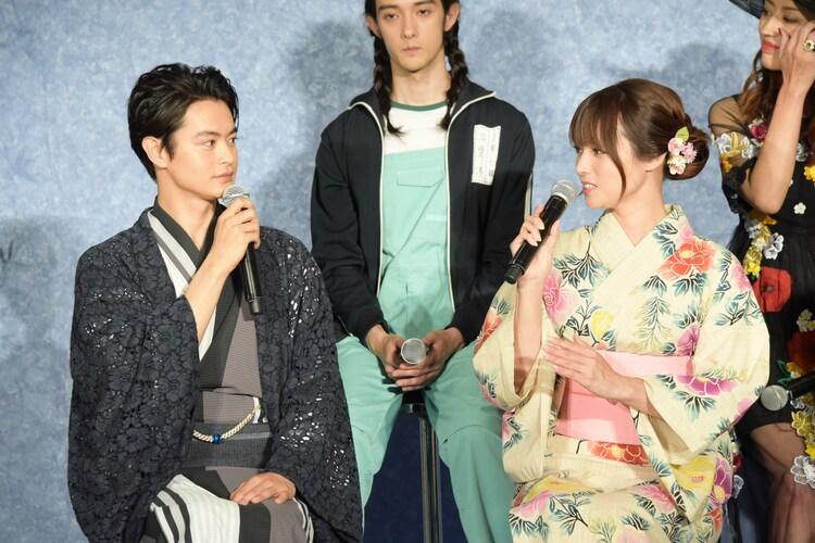 左から瀬戸康史、深田恭子。