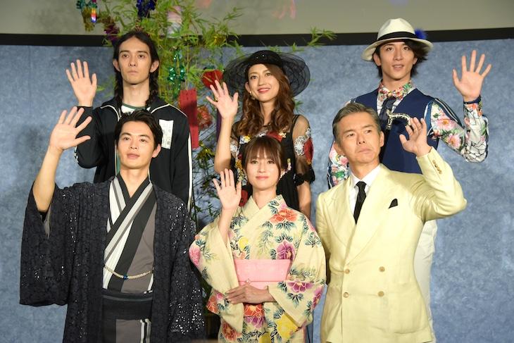 上段左から栗原類、小沢真珠、大貫勇輔。下段左から瀬戸康史、深田恭子、渡部篤郎。