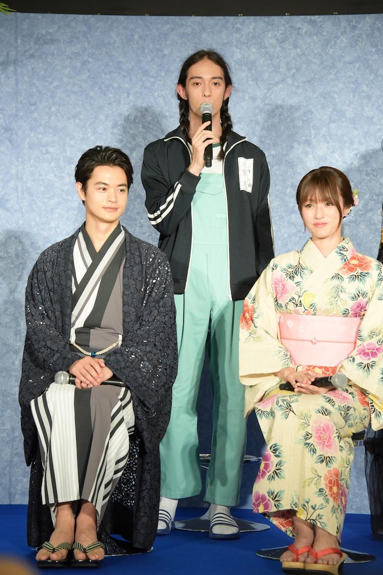 左から瀬戸康史、栗原類、深田恭子。