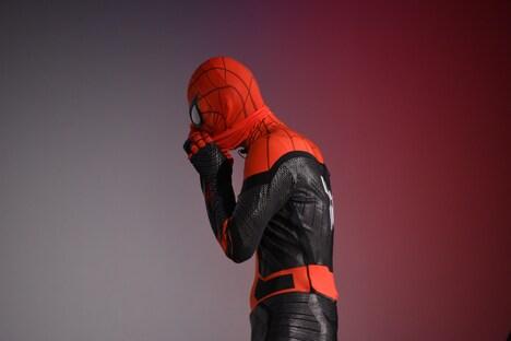 マスクを脱ぐスパイダーマン。