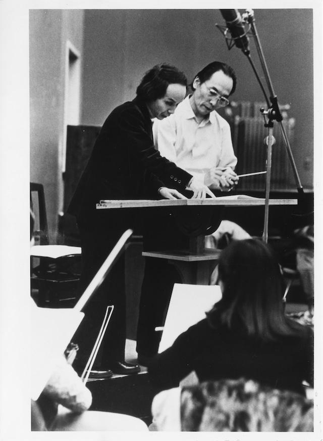 「東京裁判」メイキング写真より、音楽を手がけた武満徹(左)。