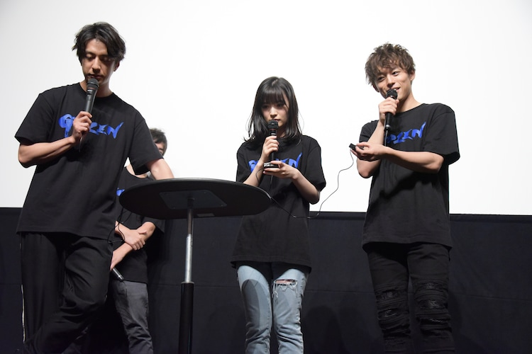 クイズ対決に挑む松本寛也(左)、優希美青(中央)、元木聖也(右)。