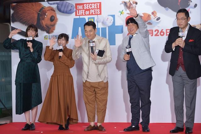 トークショーにて、中継カメラに手を振る登壇者たち。