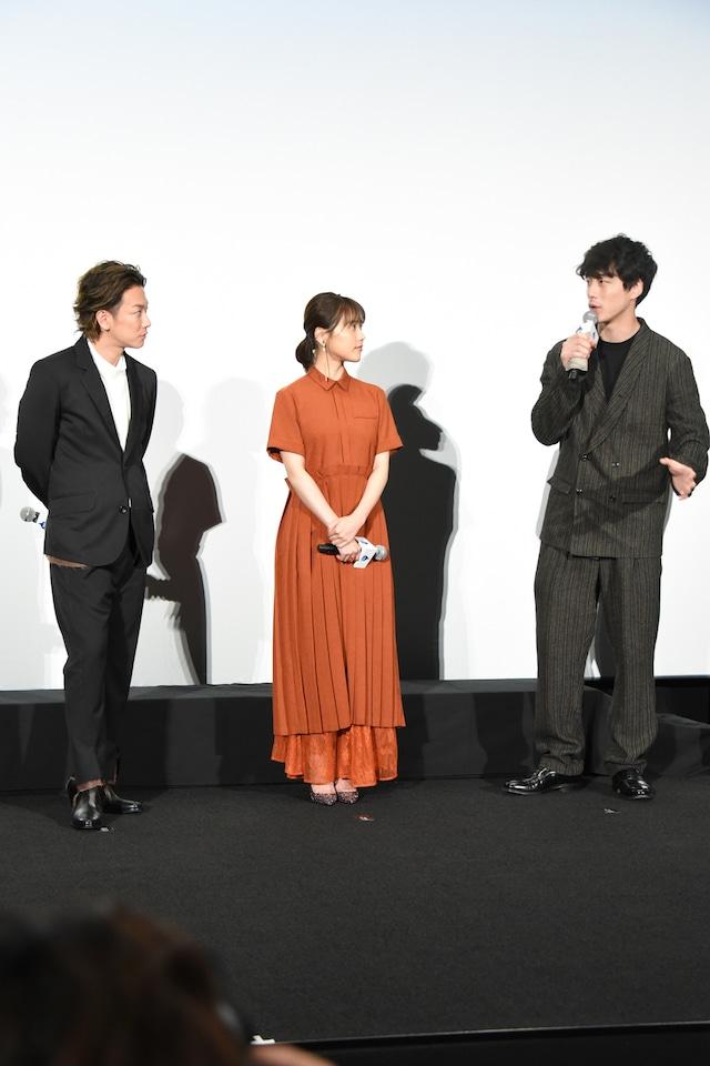 左から佐藤健、有村架純、坂口健太郎。