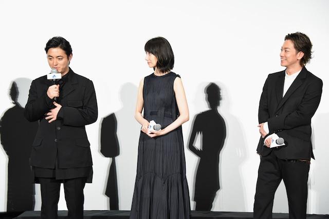 左から山田孝之、波瑠、佐藤健。