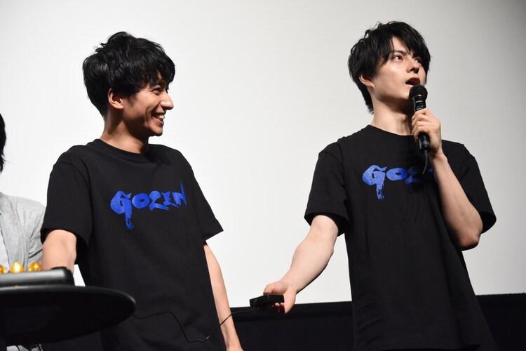 早押しクイズに挑戦した武田航平(左)と松村龍之介(右)。