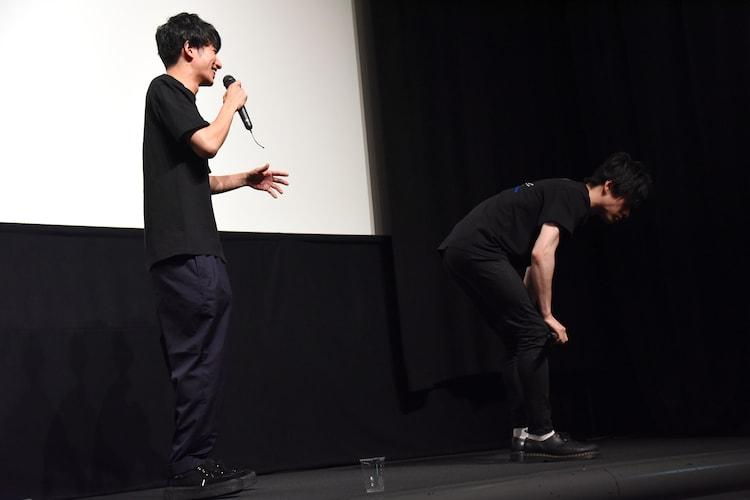 センブリ茶を飲んだ直後にひざを押さえ下を向く松村龍之介(右)。