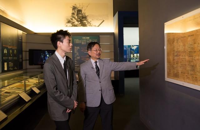 戸高一成氏(右)に案内されながら、大和ミュージアムを見学する菅田将暉(左)。