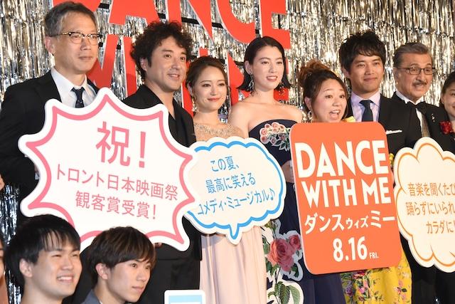 「ダンスウィズミー」ジャパンプレミア試写会の様子。左から矢口史靖、ムロツヨシ、chay、三吉彩花、やしろ優、三浦貴大、宝田明。