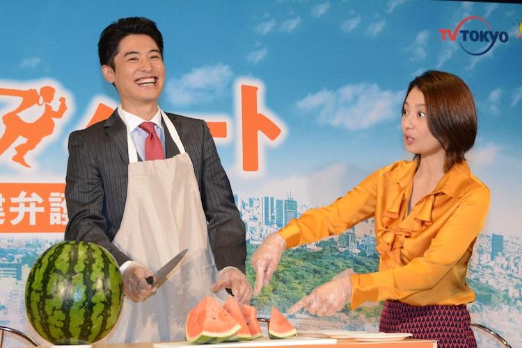 スイカを手で潰してしまった堀井新太(左)にツッコミを入れる小池栄子(右)。