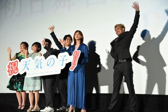 大きく手を振る小栗旬(右)と、憧れの先輩にならって大きく手を振る醍醐虎汰朗(中央)。