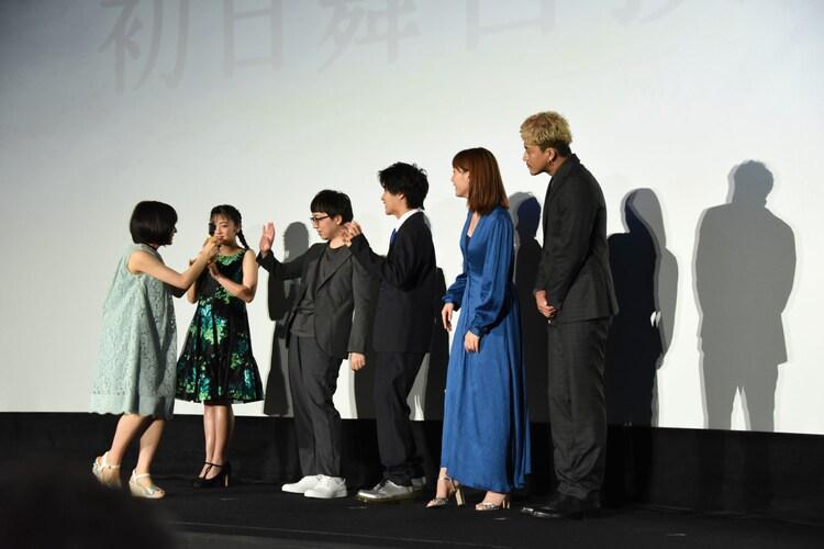 森七菜(左)が登壇者たちを撮影する様子。