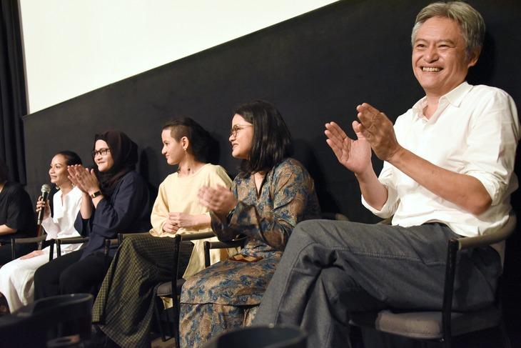 左から次女のシャリファ・アマニ、長女のシャリファ・アリヤ、三女のシャリファ・アリシャ、四女のシャリファ・アリアナ、ミュージシャンのピート・テオ。
