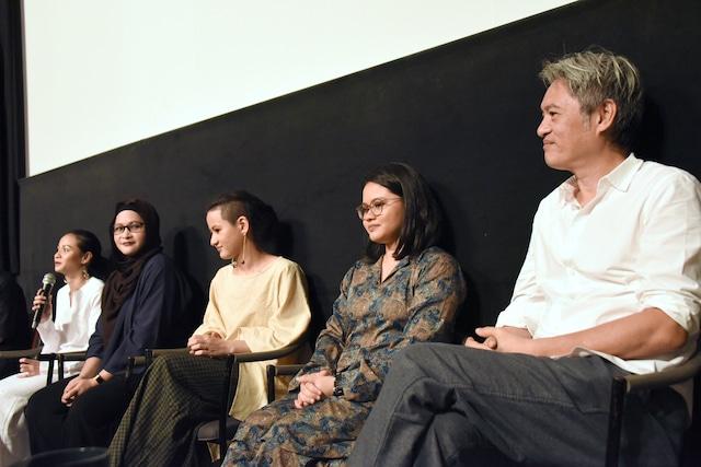 左からシャリファ・アマニ、シャリファ・アリヤ、シャリファ・アリシャ、シャリファ・アリアナ、ピート・テオ。