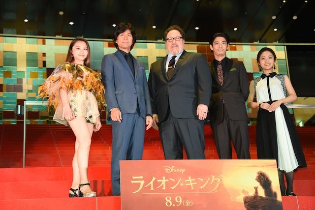 「ライオン・キング」ジャパンプレミアにて、左からRIRI、江口洋介、ジョン・ファヴロー、賀来賢人、門山葉子。