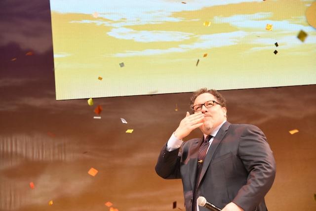 去り際、観客に投げキッスを送るジョン・ファヴロー。