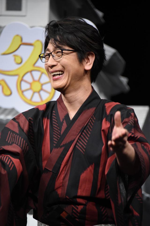 「ミッチーでーす!」と自己紹介する及川光博。