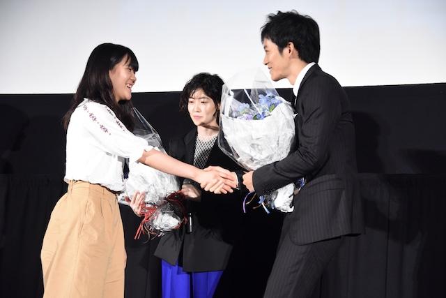 観客と握手をする松坂桃李(右)。