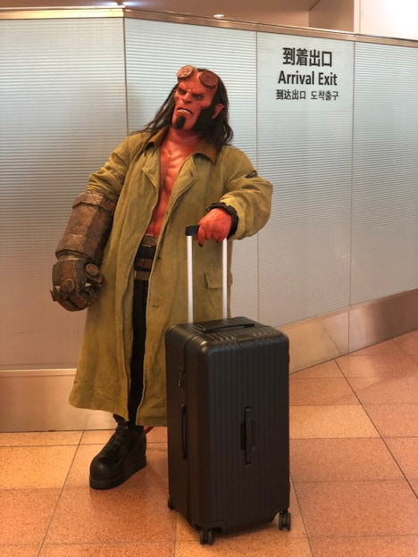 羽田空港の到着出口から出てきたヘルボーイ。