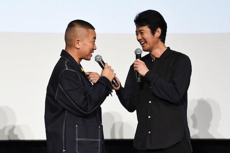松尾駿(左)の素早いツッコミに満足げな唐沢寿明。