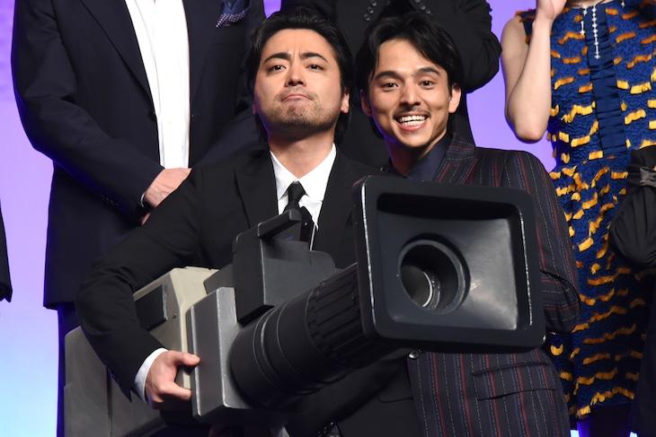 「全裸監督」ジャパンプレミアの最後にカメラ型のキャノン砲を構える山田孝之(左)。