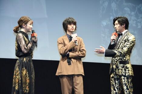 左から永野芽郁、山崎賢人、新田真剣佑。