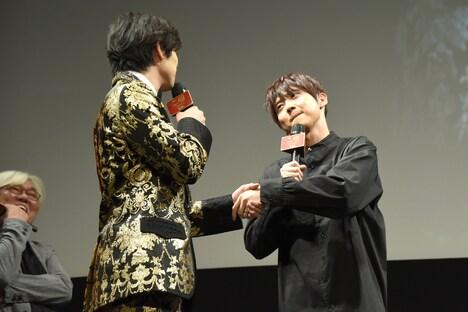 握手をする新田真剣佑(左)、梶裕貴(右)。
