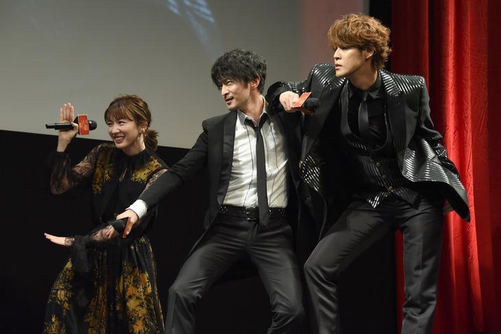 ポーズを決める永野芽郁(左)、津田健次郎(中央)、宮野真守(右)。