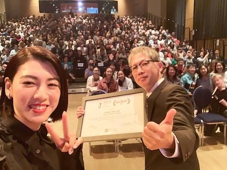 第8回トロント日本映画祭にて、左から三吉彩花、矢口史靖。