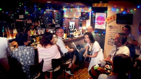 酒場で歌うchay(中央右)。