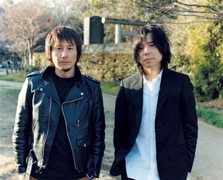 左から横山健、宮本浩次。(c)佐内 正史