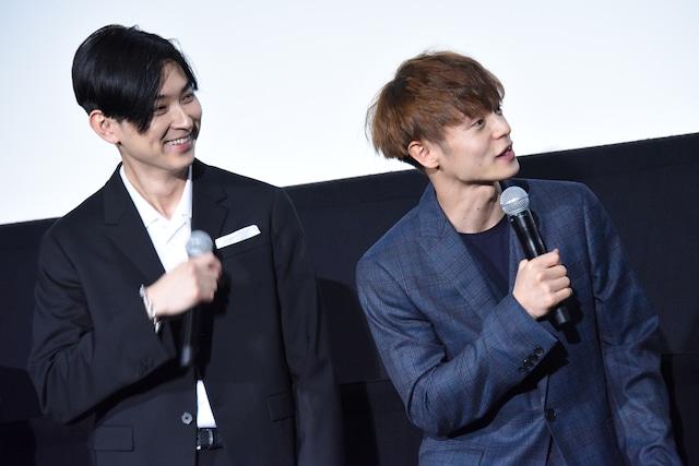 りんごちゃんを見つめる松田翔太(左)、窪田正孝(右)。