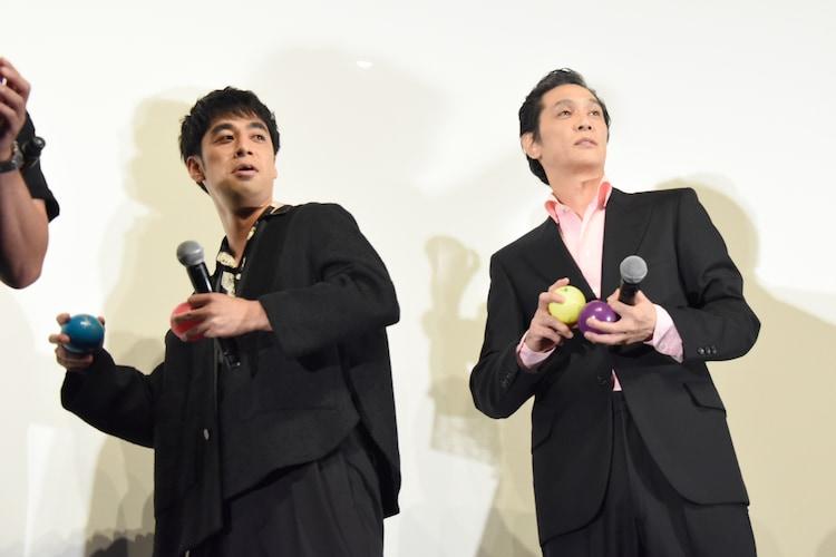 サイン入りボールを投げようとする加藤雅也(右)とカトウシンスケ(左)。