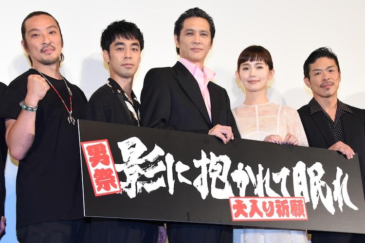 「影に抱かれて眠れ」完成披露舞台挨拶の様子。左から若旦那、カトウシンスケ、加藤雅也、中村ゆり、松本利夫。