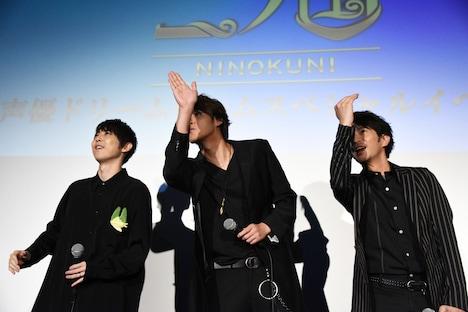 LINE LIVEのカメラを探す梶裕貴(左)、宮野真守(中央)、津田健次郎(右)。
