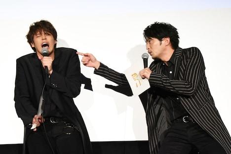 津田健次郎(右)に怒られる宮野真守(左)。