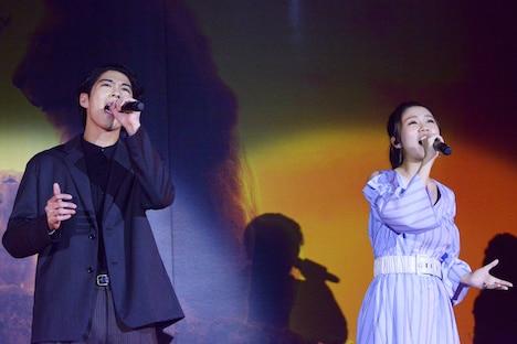 「愛を感じて」を歌う賀来賢人(左)、門山葉子(右)。