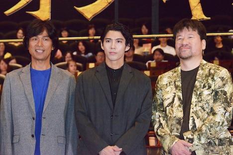 左から江口洋介、賀来賢人、佐藤二朗。