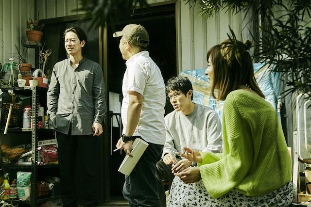 「ひとよ」メイキング写真より。左から佐藤健、白石和彌、鈴木亮平、松岡茉優。