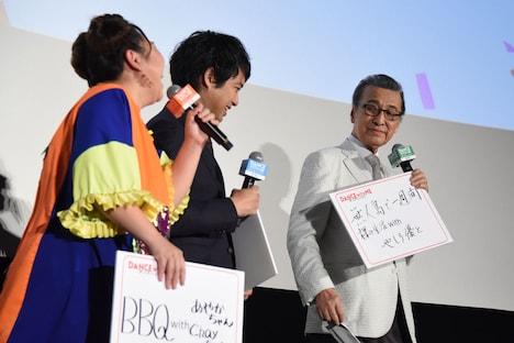 宝田明(右)の「この夏、キャストと一緒に挑戦したいこと」に爆笑するやしろ優(左)と三浦貴大(中央)。