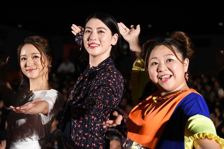 「ダンスウィズミー」初日舞台挨拶の様子。左からchay、三吉彩花、やしろ優。
