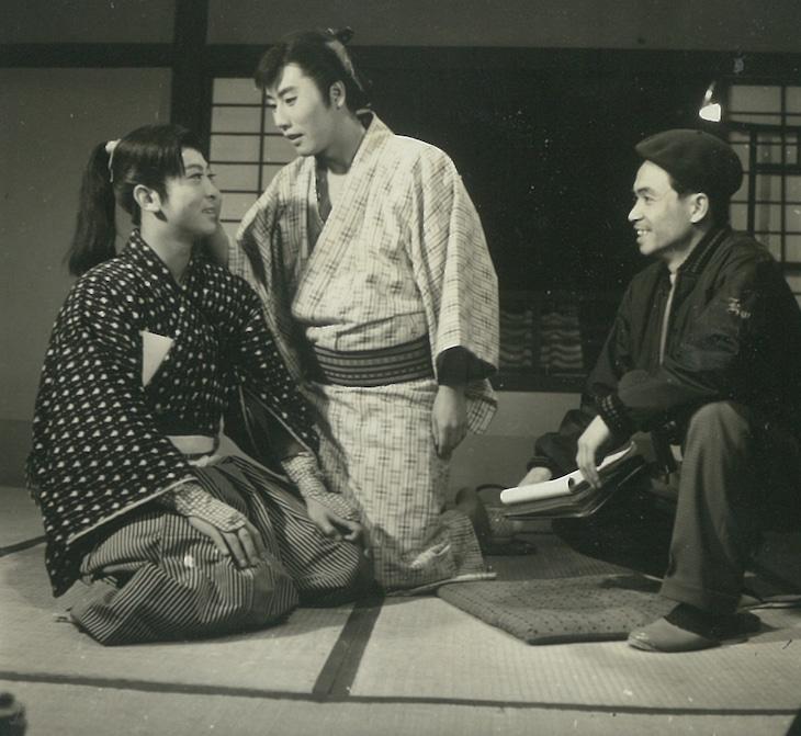 「旅はお色気」オフショット。左から小林勝彦、市川雷蔵、黒田義之。(c)KADOKAWA1961