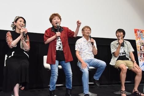 「ウィーアー!」を熱唱する田中真弓(中央左)。