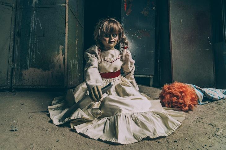 包丁を持つアナベルと傍らに倒れる赤毛の人形。